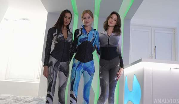 3 whores fucking in a Spaceship